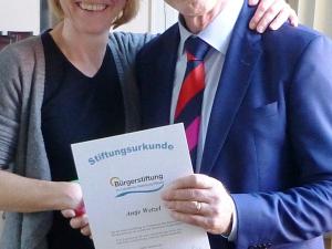 Die neue Stifterin Antje Wetzel mit Superintendent Martin Lechler