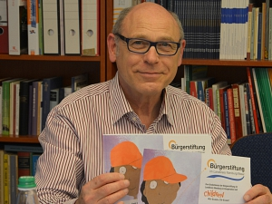 Martin Lechler präsentiert die Flyer
