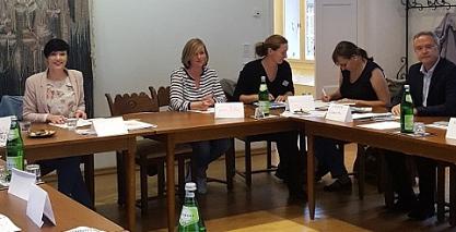Sarah Peters (lks.) bei der Eröffnung der Sitzung