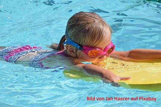 Schwimmendes Kind©Bild von Jan Haerer auf Pixabay